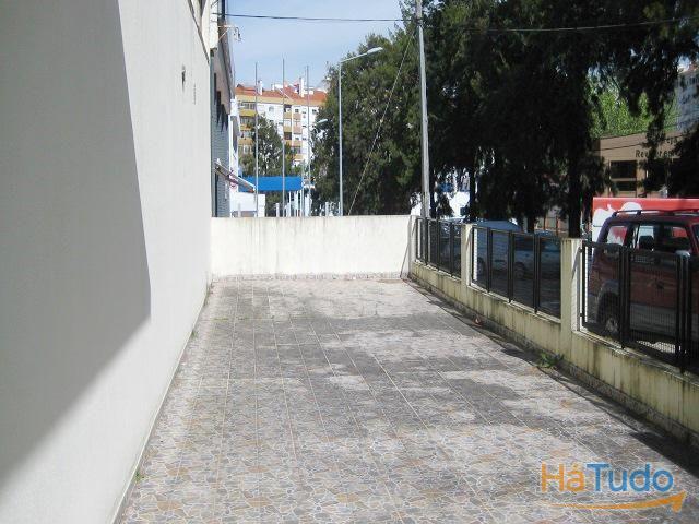 Prédio com 2 Armazéns para Venda, Massamá, Lisboa, Portugal