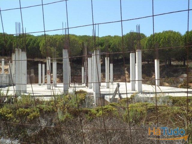 Terreno com prédio iniciado à venda em Faro